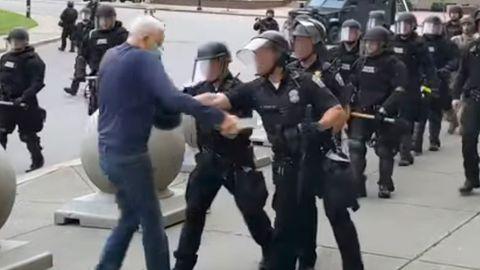 "Mann zu Boden geschubst: Trump mutmaßt, 75-jähriger Demonstrant von Buffalo könnte ""Antifa-Provokateur"" sein"