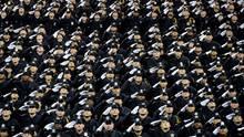 Eine Abschlussklasse der New Yorker Polizeiakademie salutiert 2014 zu Ehren erschossener Kollegen
