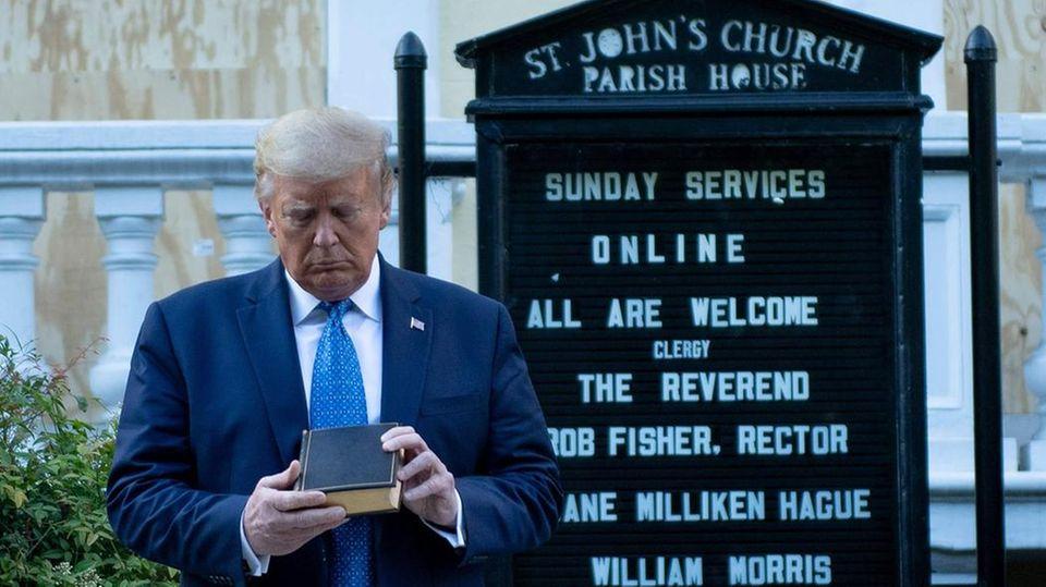 Donald Trump betrachtet ein Bibel vor der St. John's Episcopal Chruch in Washington, D.C.