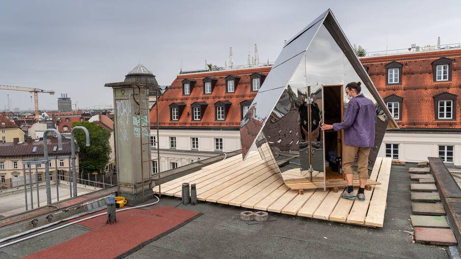 Jakob Wirth geht in seine Holzhütte auf dem Parkhausdach