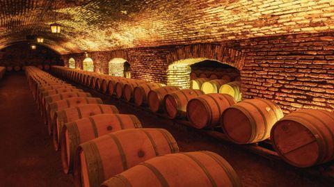 In Frankreichs Weinkellern muss Platz für die Herbst-Lese gemacht werden.