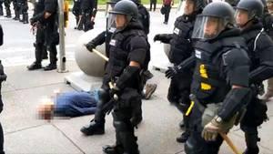 Buffalo: Ein älterer Demonstrant liegt am Boden, während Polizisten an ihm vorbeigehen