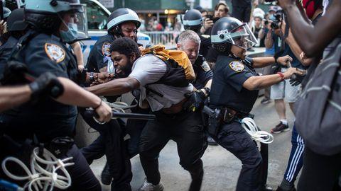Proteste USA: zwei New Yorker Polizisten suspendiert