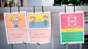 Düsseldorf: Coronabedingte Hinweise hängen am Eingang zu einer Grundschule