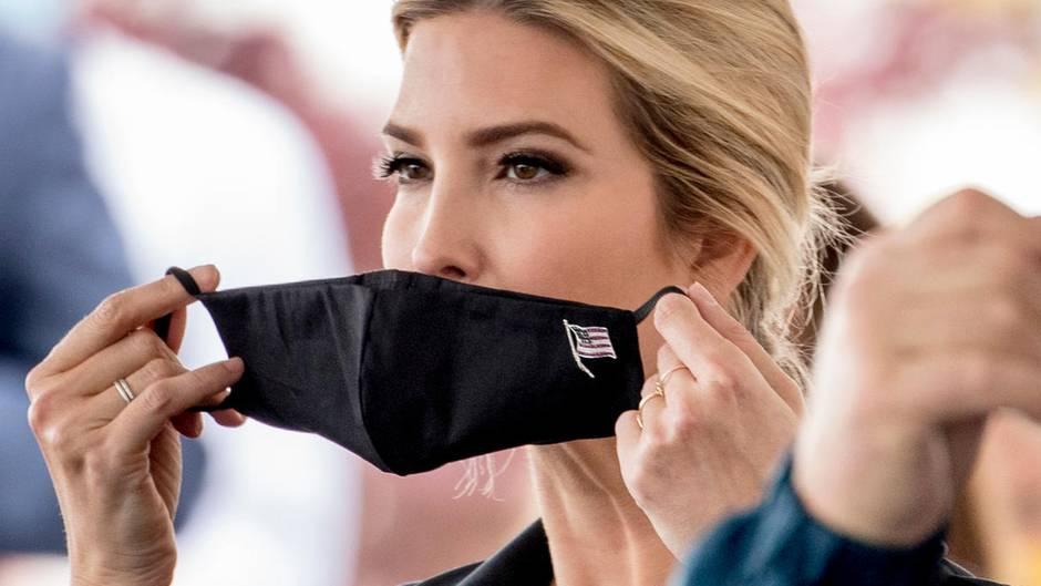 Ivanka Trump setztihreSchutzmaskenach ihrem Besuch im Lebensmittel-Unternehmen Coastal Sunbelt Produce auf.