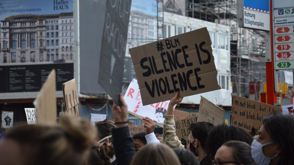"""Silent Demo"" gegen Rassismus in Hamburg"