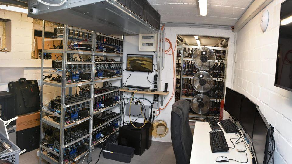 Das Foto der Polizei zeigt einen Serverraum im Keller des Hauptverdächtigen