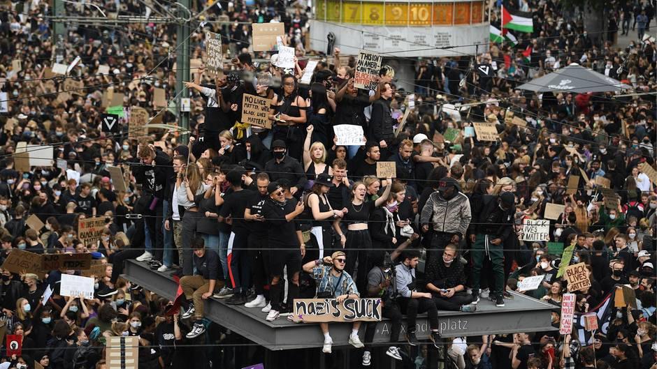 Kritik an Menschenansammlungen während Anti-Rassismus-Demos