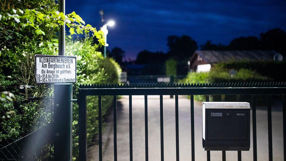 Eine Videoüberwachungsanlage steht am Eingangstor der Kleingartenanlage, in der sich eine Gartenlaube befindet