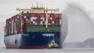 """HMM Algeciras"": Größtes Containerschiff der Welt legt in Hamburg an"
