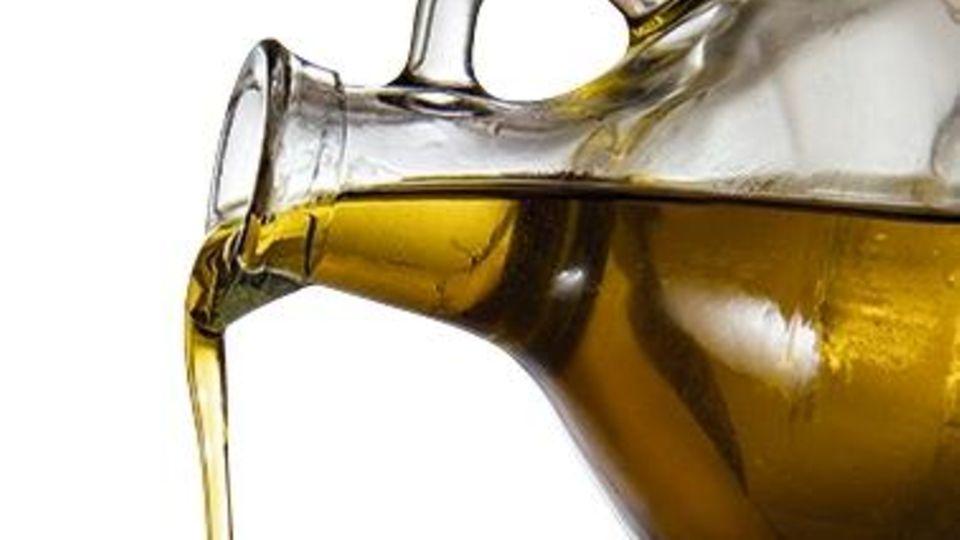 Glasflasche mit Olivenöl
