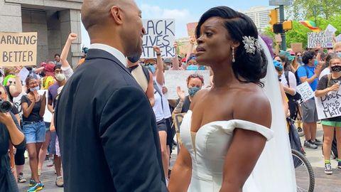 Brautpaar heiratet während Anti-Rassimus-Demo