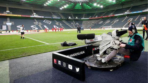 Ein Kameramann ist bereit für das Spiel zwischen Gladbach und Köln