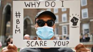 Demonstrant auf Silent-Demo gegen Rassismus