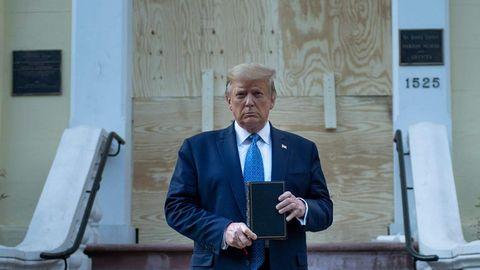 Donald Trump mit Bibel in der Hand vor verrammelter Tür von St. John's