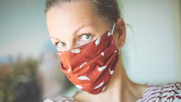 Coronavirus: Eine Frau trägt eine Alltagsmaske