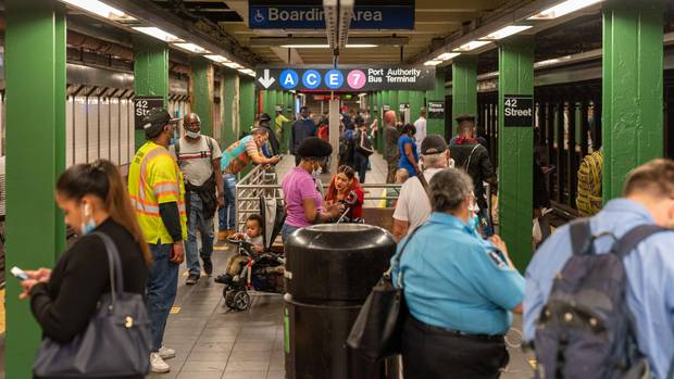 Passagiere auf dem Bahnsteig am U-Bahnhof Times Square