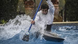 Olympia 2021 in Tokio: Kanute trainiert im Pool seiner Freundin