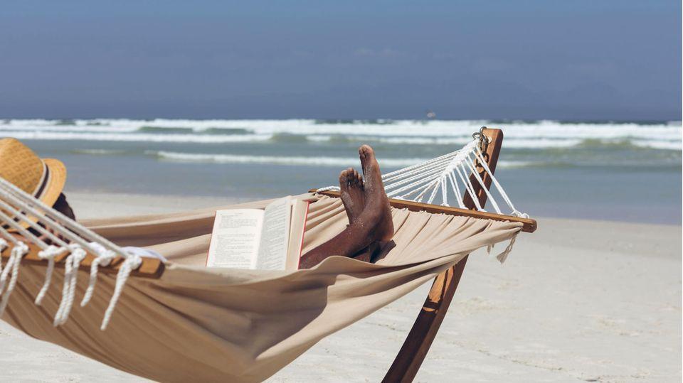 Gute Urlaubslektüre gehört im Sommerurlaub genauso in den Koffer wie die Sonnencreme