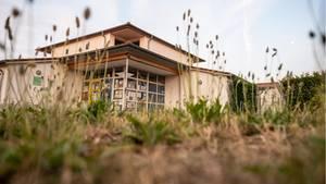 Nordrhein-Westfalen, Viersen: Gräser wachsen vor der städtischen Kindertagesstätte (Kita)