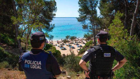 Die Polizeiüberwacht dieCala Comtesa, eine Bucht südwestlich von Palma de Mallorca
