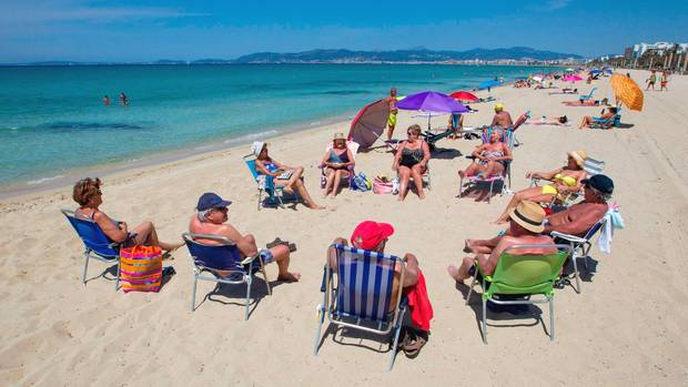 In der Sonne mit Sicherheitsabstand: erste Urlauber an der Platja de Palma