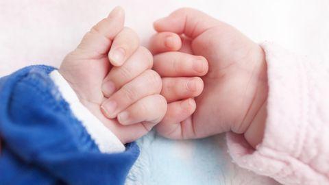 Hände von Zwillingen