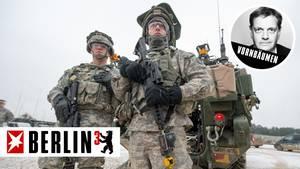 Bayern, Hohenfels: US-Soldaten stehen auf dem Truppenübungsplatz vor einem Stryker-Panzer