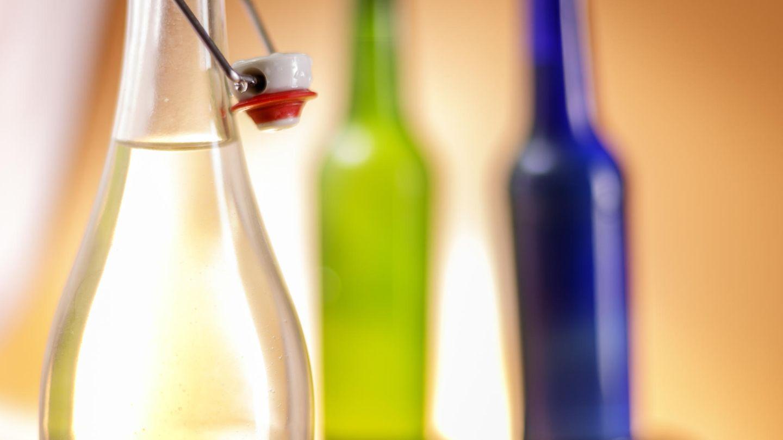 Flaschen als Symbolfoto für Schnapsbrennerei