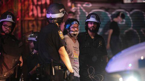 Polizisten in New York nehmen einen Demonstranten fest