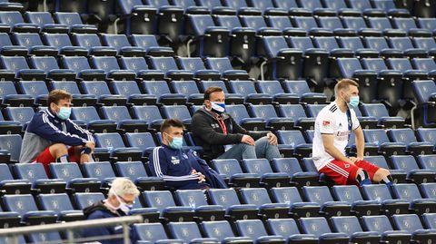 Hamburger Ersatzspieler beim Spiel gegen Holstein Kiel auf der Tribüne des Volksparkstadions