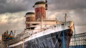 Das Schiff fest verteut an der Kaimauer
