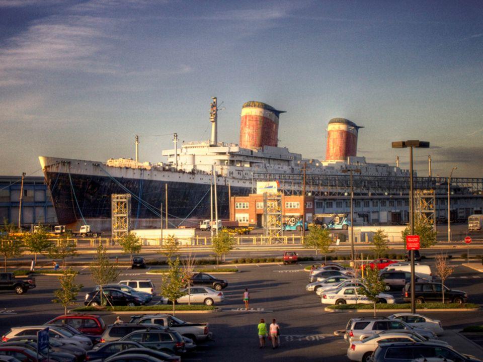 """Parkplatz mit der """"SS United States"""" im Hintergrund"""