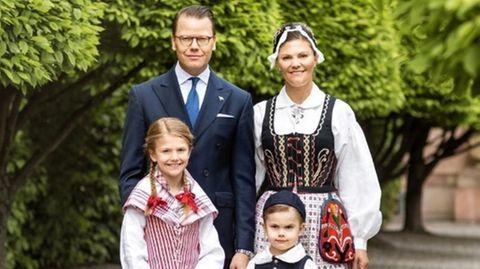 Die schwedische Königsfamilie in Tracht am Nationalfeiertag.