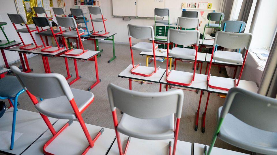 Berlin: Stühle stehen in einer Schule im Berliner Stadtteil Friedenau auf den Tischen