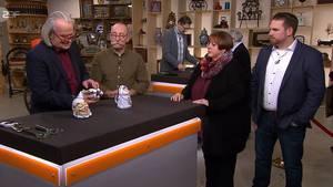 """""""Bares für Rares""""-Experte Albert Maier nimmt die Krüge von Susanne Sick und ihren Sohn Dominik in Augenschein von. Horst Lichter ist seine Meinung über die kuriosen Stücke anzusehen."""