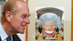 Prinz Philip lächelt beim Betrachten einer Karrikatur zum Thronjubiläum der Queen. Der Prinzgemahl feiert am 10. Juni 2020 seinen 99. Geburtstag.