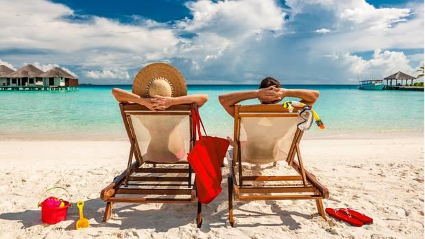 Teilnehmer einer Pauschalreise am Strand