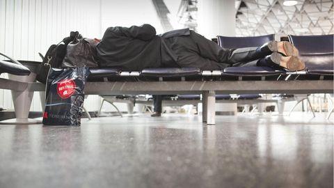 Leben in der Transitzone: Wenn der Flughafen zum Gefängnis wird: DJ hängt wochenlang im Transitbereich fest