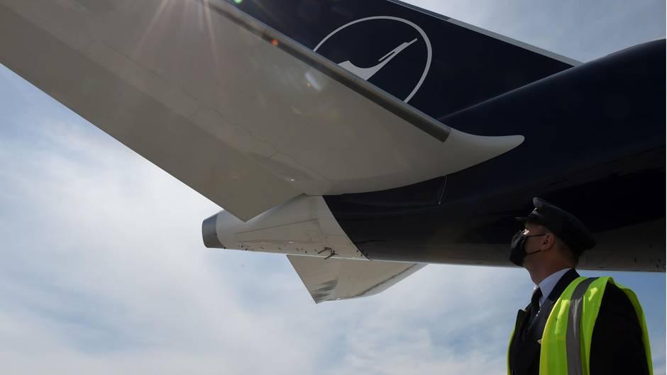 Ein Lufthansa-Pilot checkt ein Flugzeug vor dem Abflug