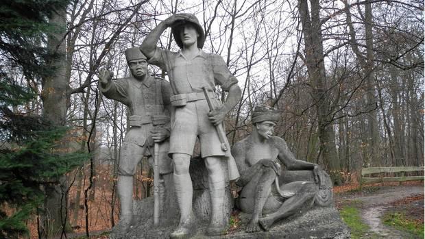 """Der arische Held und seine schwarzen Gefährten: das Denkmal """"Deutsch-OstAfrika"""" aus den 30er Jahren steht in Aumühle bei Hamburg"""