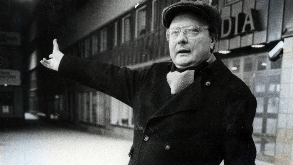 """Stig Engström, der """"Skandia-Mann""""steht auf einem Gehweg. Er soll der Mörder von Olof Palme sein"""