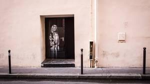 """Banksy-Graffiti an der Tür der Pariser Konzerthalle """"Bataclan"""""""