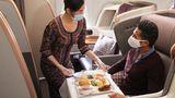 Alle Airlines haben auch ihren Speise- und Getränkeservice angepasst. In der Business Class von Singapore Airlines gibt es auf Langstreckenflügen anstelle eines Tischservices ein Ein-Tablett-Service.