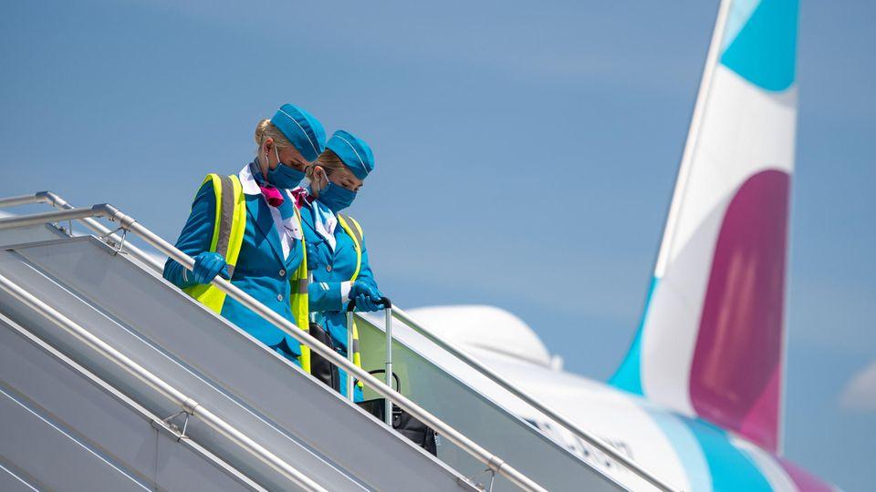 Bild 1 von 13der Fotostrecke zum Klicken: Langsam läuft der Flugbetrieb auch bei Eurowings wieder an. Crews und Passagiere müssen sich an neue Hygienestandards erst noch gewöhnen.