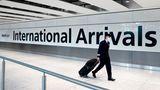 Im Zeitalter der Corona-Pandemie gesund fliegen und ankommen: Nach dem Flug verlässt ein Kopilot das Terminal 5 at Heathrow Airport in London.