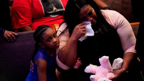 Gianna Floyd, Tochter von George Floyd, mit ihrer weinenden Mutter