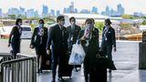Eine Crew der Philippine Airlines kommt mit medizinischen Schutzmasken am Ninoy Aquino International Flughafen in Manila an. Alle Einreisenden müssen dort auf Covid-19 getestet werden