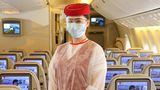 An Bord der Emirates-Jets ist die gesamte Kabinenbesatzung vollständig mit persönlicher Schutzausrüstung ausgestattet