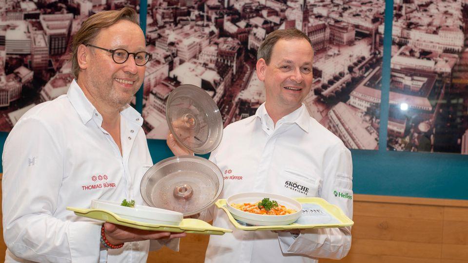 Sechs Köche haben an dem Projekt mitgewirkt, darunter Thomas Bühner (links) und Christoph Rüffer.